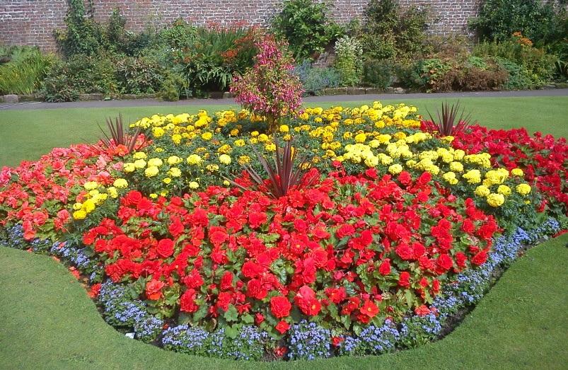 Оформление клумб и цветников во дворе своими руками фото